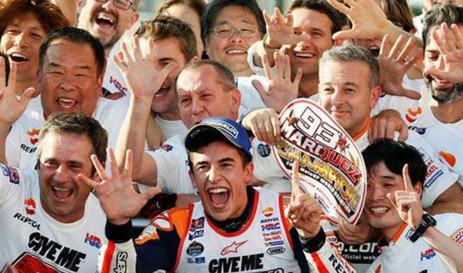 EUFÓRICO. Marc Márquez celebró en Japón, luego de obtener su quinta victoria en la temporada. El español alcanzó los tres títulos en MotoGP.