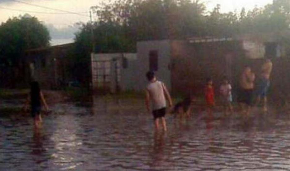 ASISTENCIA. Los sectores Villa Suaya, Matadero Viejo, Dorrego y La Paloma fueron los más perjudicados por la abundante caída de agua.