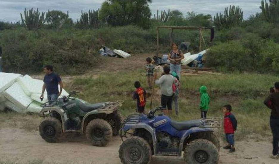 ASISTENCIA. Desde Mailín la gente de Defensa Civil y de la Comisión Municipal administran la asistencia a los afectados.