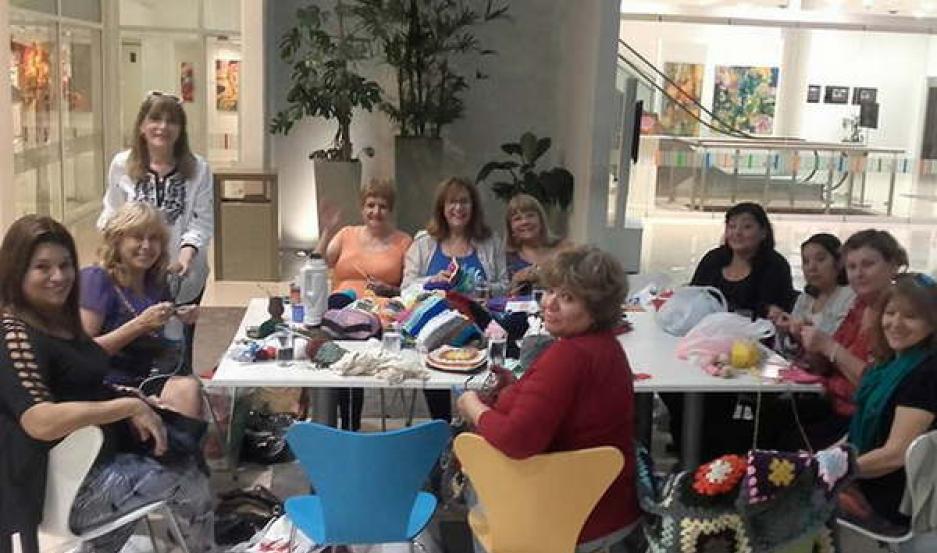 GRUPO. Las Tejedoras Solidarias se reúnen los sábados en el Centro Cultural del Bicentenario para tejer las frazadas.
