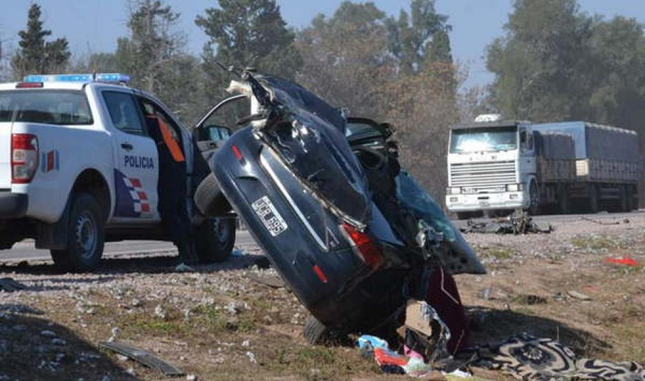 IMPACTO. El estado en el que quedó el auto permite dimensionar la violencia de la colisión.
