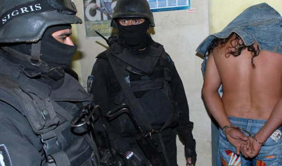 PRESO. Por orden de la fiscalía uno de los acusados quedó tras las rejas. De su poder secuestraron armas. Buscan a su cómplice.