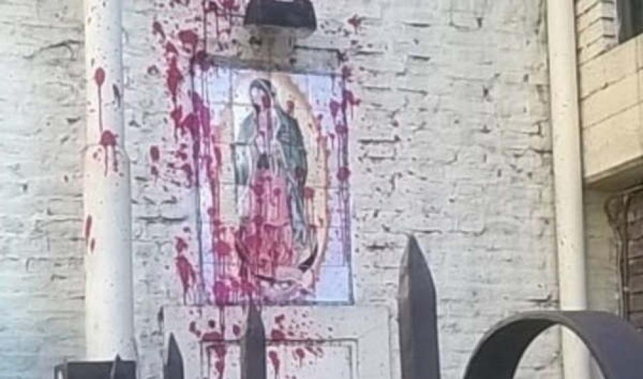 DAÑOS En una de las parroquias pintaron con rojo la imagen de la Virgen María.