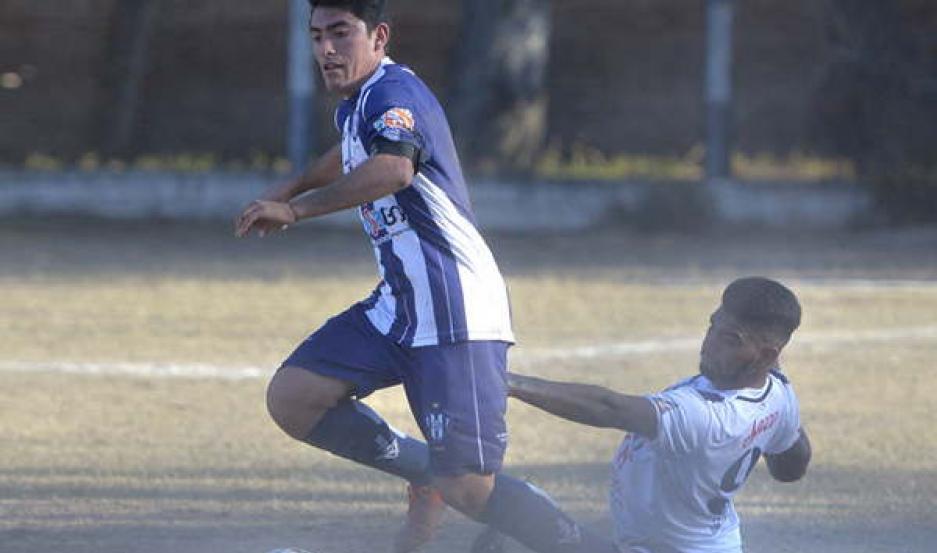 JUSTO Sarmiento hizo prevalecer su experiencia y jerarquía para superar a Independiente de Beltrán y meterse en la finalísima del Torneo Anual.