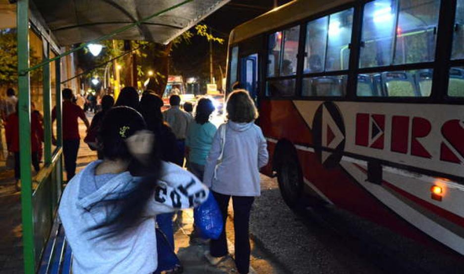 PANORAMA. Entre las 21.30 y las 22, se vieron los últimos colectivos sobre la avenida Belgrano. A las 22.30, la Belgrano, entre Salta y Saez Peña. La Cámara de Comercio y el sindicato impulsan un