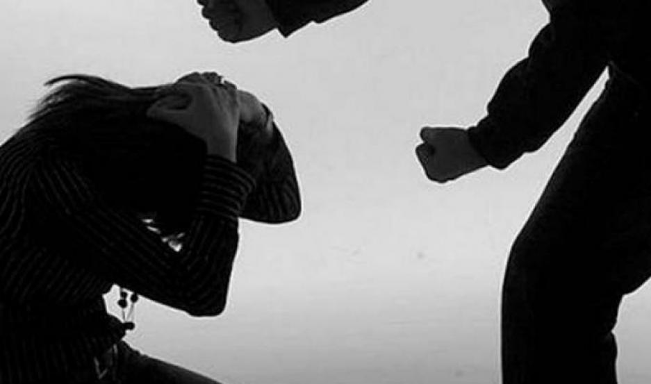 A pesar de la paliza, la joven se niega a denunciarlo.
