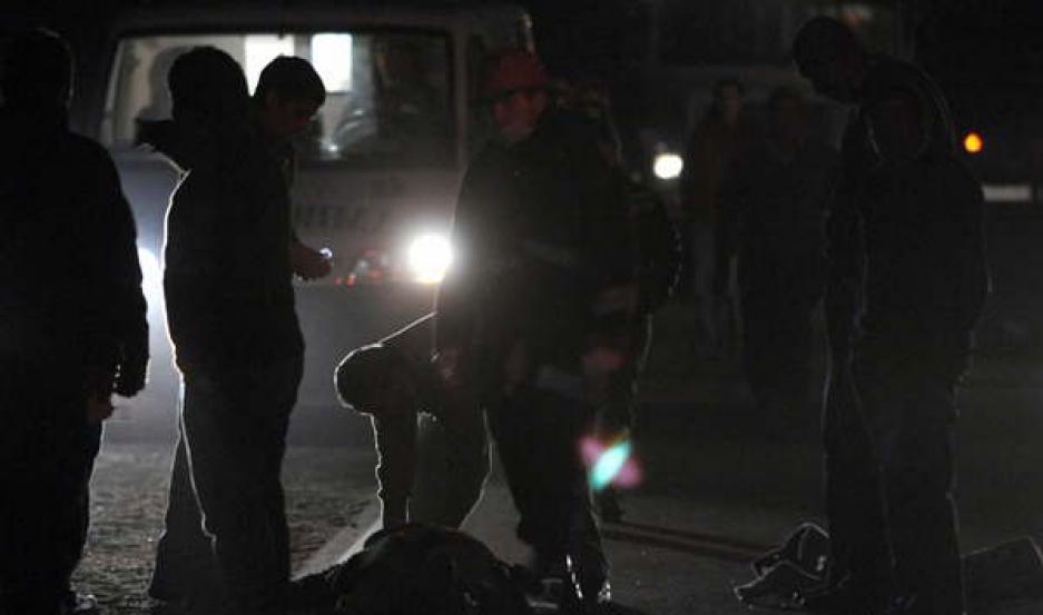 DRAMATISMO. Las vícitimas se conducian en tres motocicletas. Uno de los jóvenes murió en el acto.
