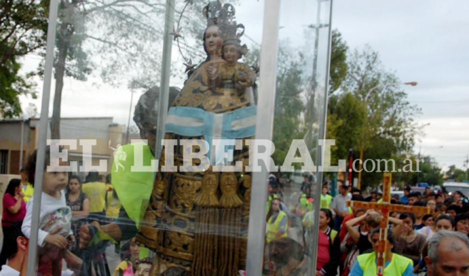 La imagen de Nuestra Señora de Loreto sale del templo acompañada por los fieles loretanos. Corresponsalía/Jota Jozami