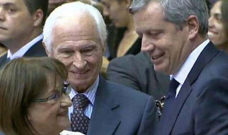 SESIÓN ESPECIAL. La legisladora santiagueña Mirta Pastoriza reconoció la labor del diputado nacional Emilio Monzó y viceversa.
