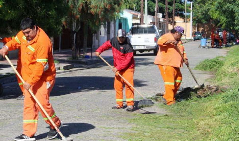LIMPIEZA. El municipio capitalino desplegó su estructura operativa en  las arterias del Bº Newbery, donde se ejecutaron trabajos de barrido.