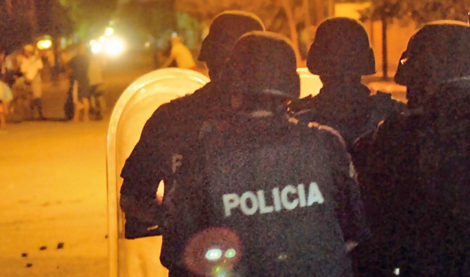 INTERVENCIÓN. La Policía tuvo que acudir en gran número para poder controlar la situación.