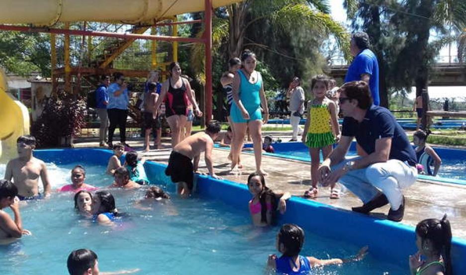 DIVERSIÓN. Los pequeños reciben instrucción sobre actividades deportivas, siendo la preferida la natación.
