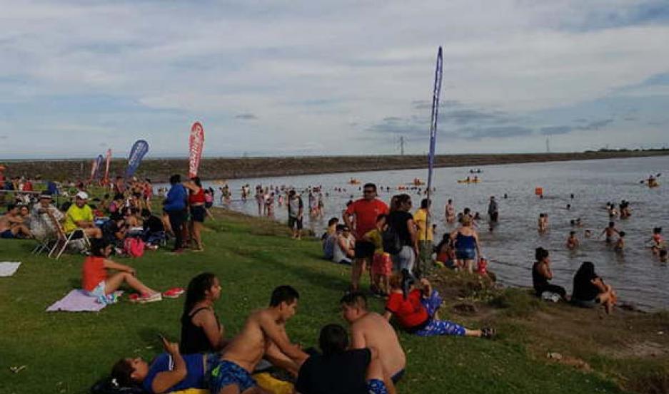 ÉXITO. Una multitud asiste a diario a disfrutar de la Playa Popular del Lago en Las Termas de Río Hondo.