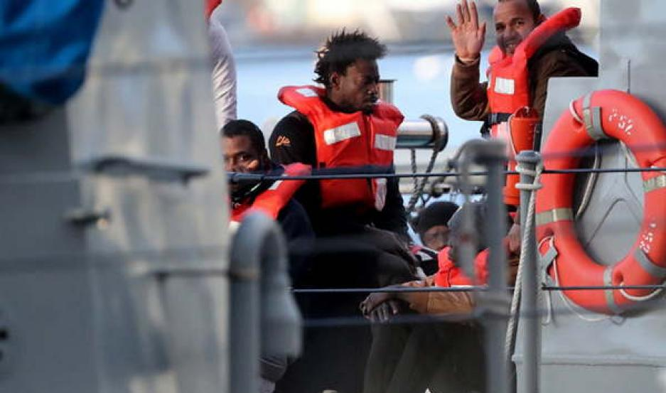 ALIVIO. Decenas de inmigrantes estuvieron más de dos semanas en el Mediterráneo. Finalmente pudieron desembarcar en un puerto de Malta.