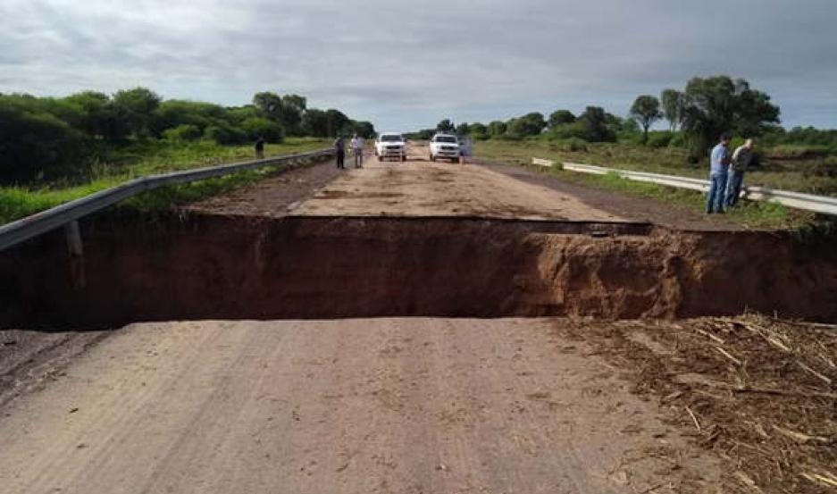 IMPRESIONANTE. La ruta 34 quedó cortada ya que un puente colapsó debido a la fuerza del caudal de agua.