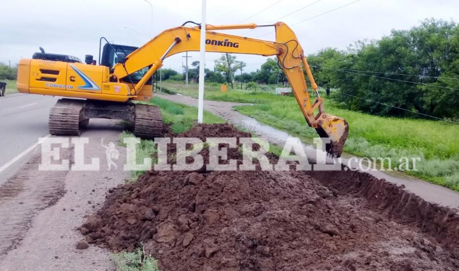 Una retroexcavadora enviada por la provincia trabaja a la vera de ruta 92