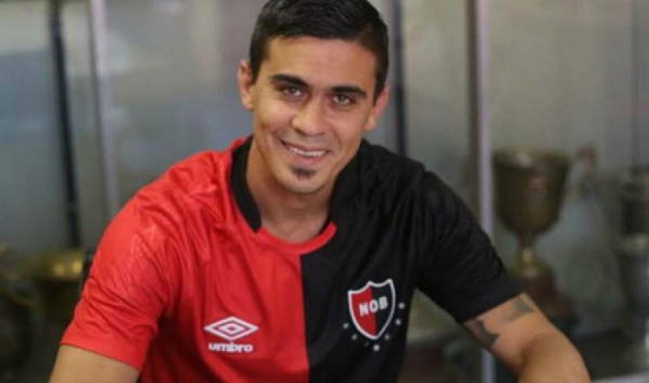 ACUERDO. Emanuel Biancucchi estampó su firma en un contrato que lo ligará a Newell's hasta el 31 de diciembre de este año.