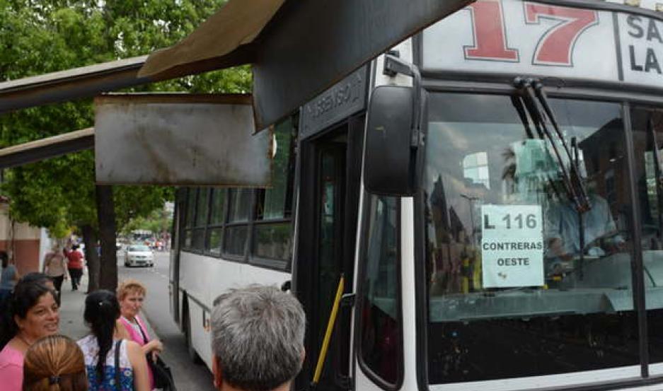 ANUNCIO. Con carteles en los parabrisas, los coches anunciaban la línea y el ramal del servicio.