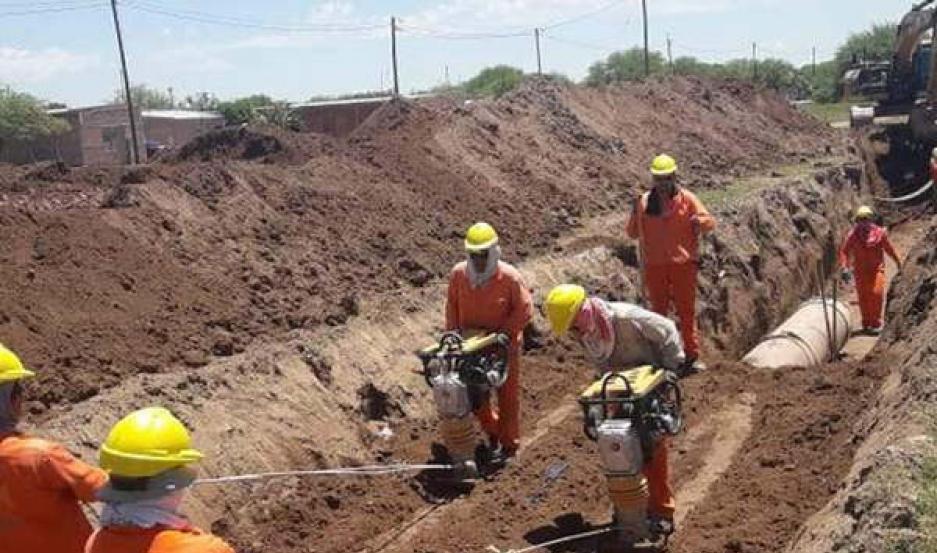 AVANCE. Un importante grupo de operarios trabaja en la instalación de  la cañería de la obra prevista a concluir en un plazo aproximado de 3 años.