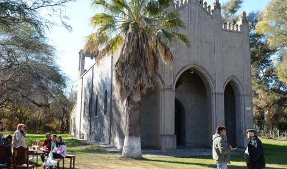 IMPONENTE. La Virgen de Lourdes es venerada en la antigua capilla de estilo gótico, que se quiere refaccionar.