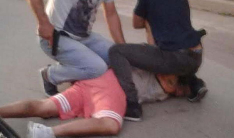 APRESADO. Juan Manuel Morales Neira fue sorprendido por la Policía en la calle. Lucía medallitas que había obtenido en su faena por la joyería.
