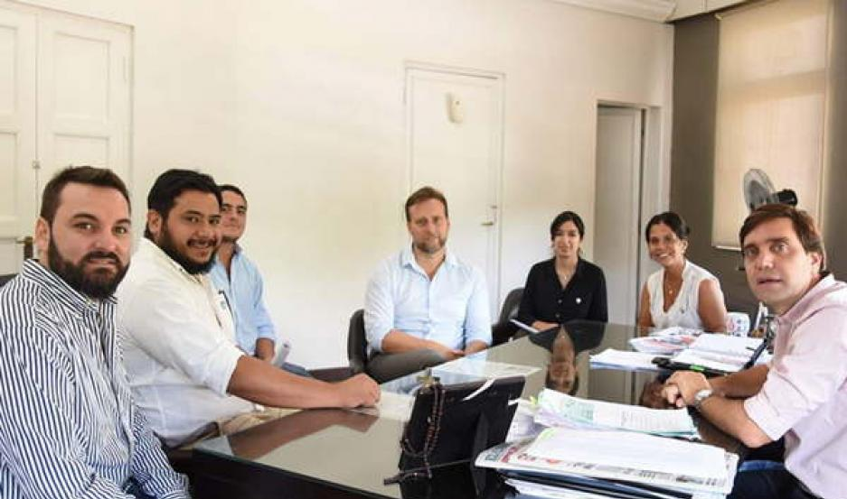 PREPARATIVOS. El intendente Jorge Mukdise recibió en su despacho al presidente del Círculo Odontológico Santiagueño, Dr. Ignacio Catella, y al presidente del Bureau de Convenciones, Juan Mejías, para ajustar detalles.