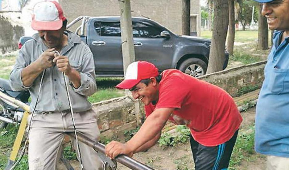 Armaron una herramienta casera para normalizar el servicio de agua potable