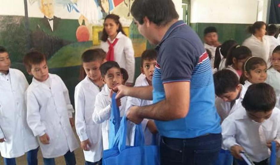 AYUDA. Cientos de alumnos recibieron útiles escolares y una mochila en el marco del inicio del ciclo lectivo 2019.