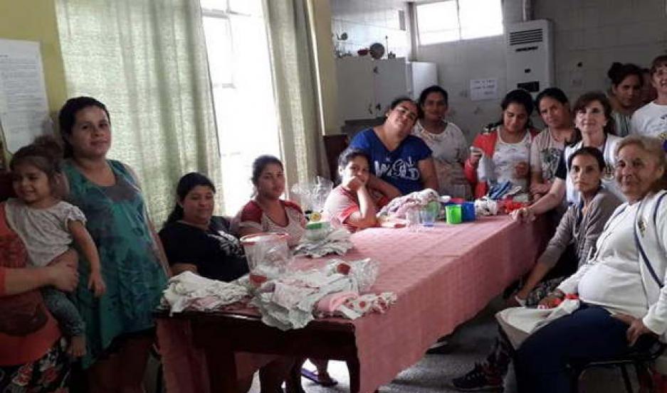 PRESENTES. Llevaron productos de aseo personal para las mamás, vestimenta y calzado para los bebés y niños que las acompañan en su estadía.