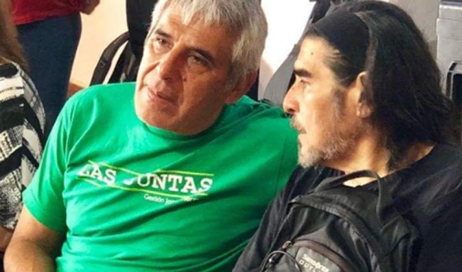 """""""Peteco"""", en su momento, junto al hijo de la folclorista tucumana."""