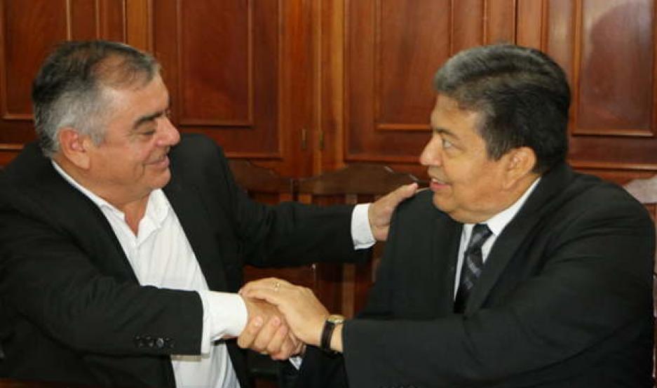 BENEFICIO. El acuerdo firmado por el Prof. Bustos (izq.) y el rector Héctor Paz permitirá el trabajo coordinado entre Pozo Hondo y la Unse.