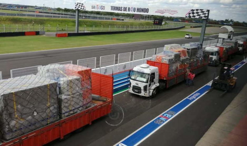 TRABAJO. Es incesante la llegada de los camiones con los conteiner al autódromo de Las Termas de Río Hondo.