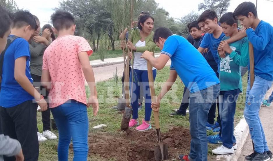 Alumnos de Garza plantaron árboles en su ciudad