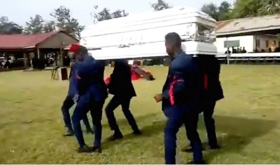 Bailaban con un ataúd y se les cayó el cadáver — Insólito