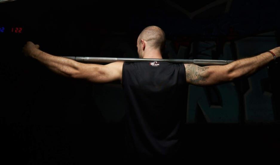 Sufre brutal fractura de pierna en pleno campeonato de pesas