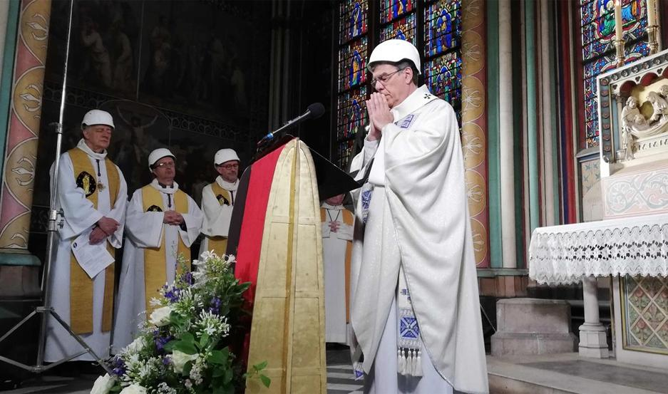 Con cascos protectores, celebran la primera misa en la catedral de Notre Dame