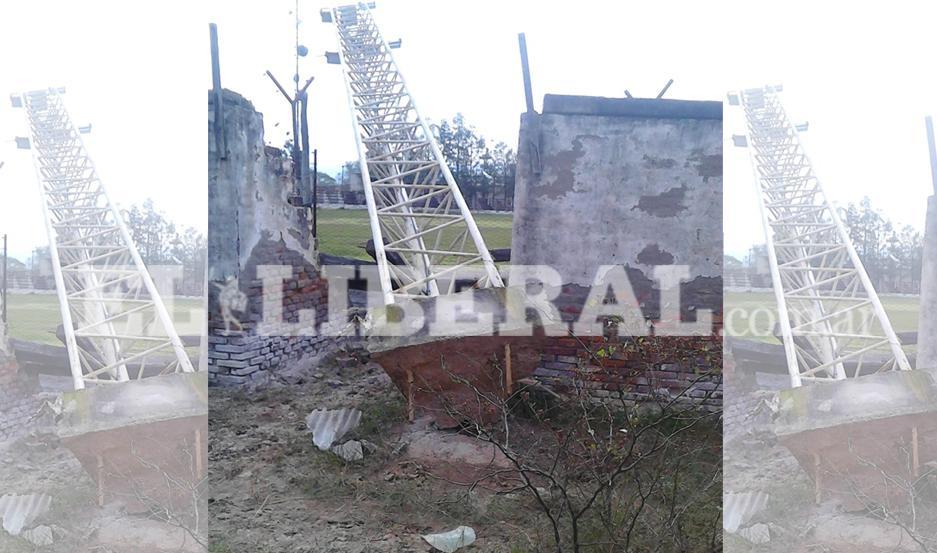 Una torre de iluminación del Club Sportivo Dora fue derribada por el viento