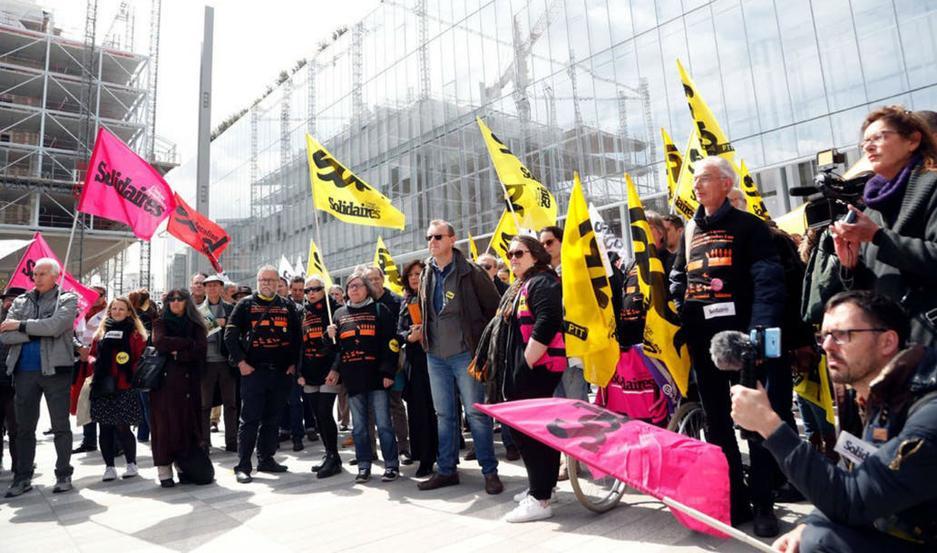 Sindicatos franceses fuera del tribunal de París al inicio del juicio de France Télécom en mayo Fuente: AP