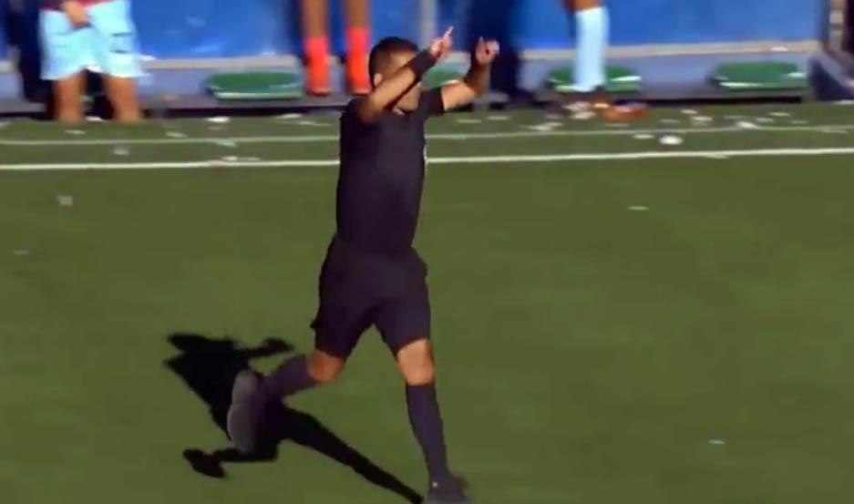 Insólito: En la liga de Bolivia, un arbitro cobró penal haciendo la seña del VAR aunque no esté reglamentado