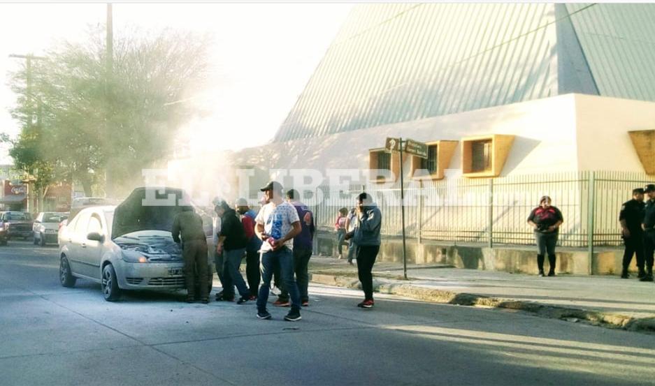 Para extinguir el incendio, tuvieron que colaborar autoridades de seguridad y de mesa que trabajaban, en las elecciones, en el colegio Santiago Apóstol.