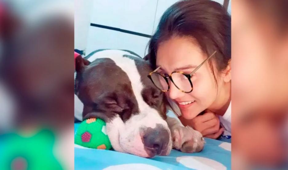 La dueña junto a su perro.