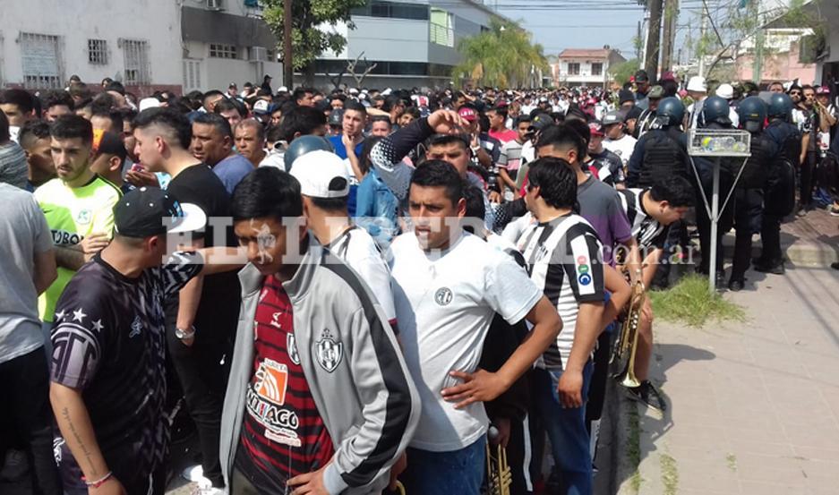 Los fanáticos de Central Córdoba le ponen calor y color a la tarde de Santiago del Estero, en la previa frente a Racing Club de Avellaneda.