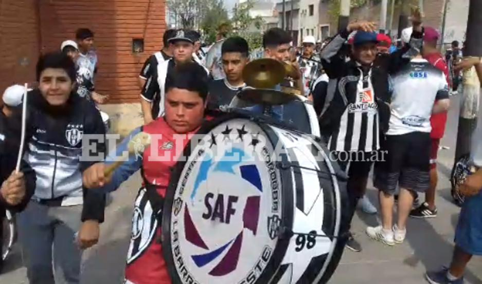 La juventud de Central Córdoba dijo presente en el Alfredo Terrera con una banda de música.