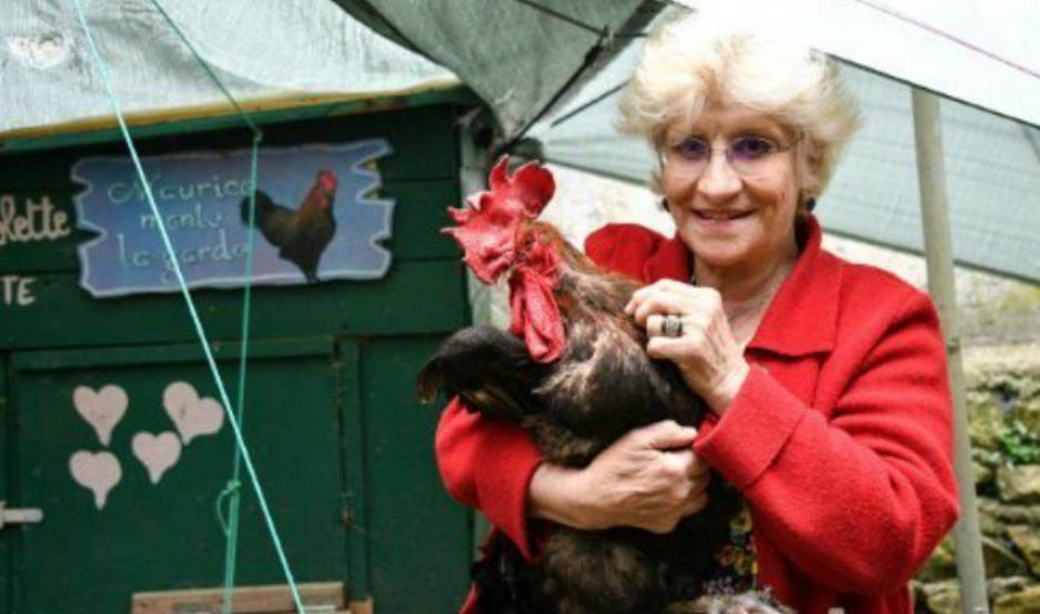 La dueña junto al gallo