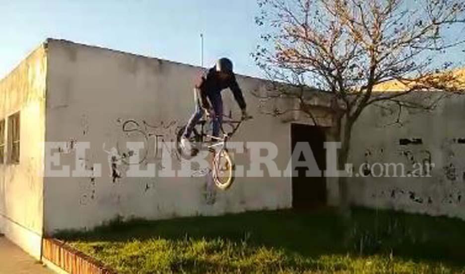 Insólito: hacía acrobacias en bicicleta y se tiró desde el techo del Registro Civil
