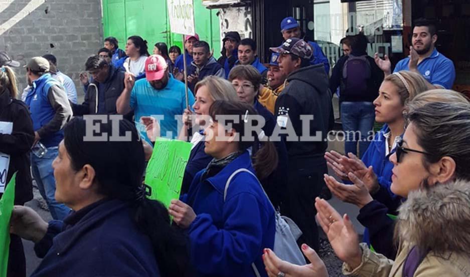 Los trabajadores de Emilio Luque reclaman por su estabilidad laboral y por el cobro de sueldos atrasados.