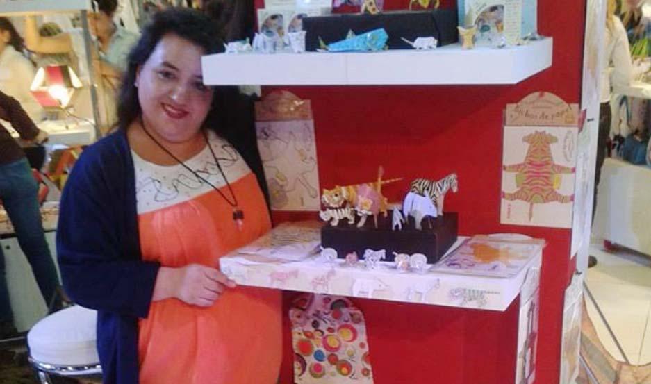 """Marcela Gómez de Olivera creó """"Bichos de Papel"""", un emprendimiento dedicado al armado de juguetes de papel con motivos de animales autóctonos."""