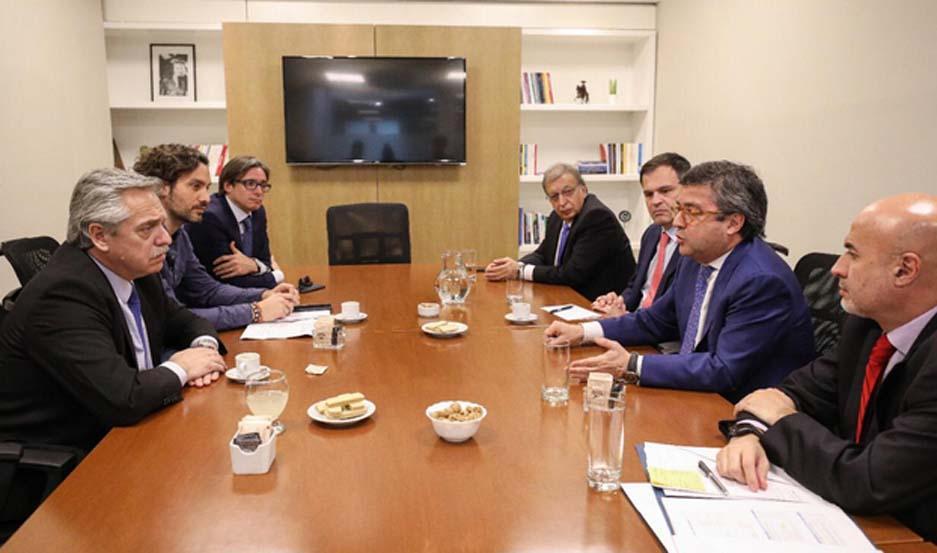 El candidato a presidente del Frente de Todos, Alberto Fernández, junto a la delegación del Banco Interamericano de Desarrollo (BID).