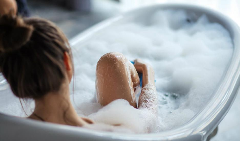 Joven muere electrocutada en el baño por usar su celular