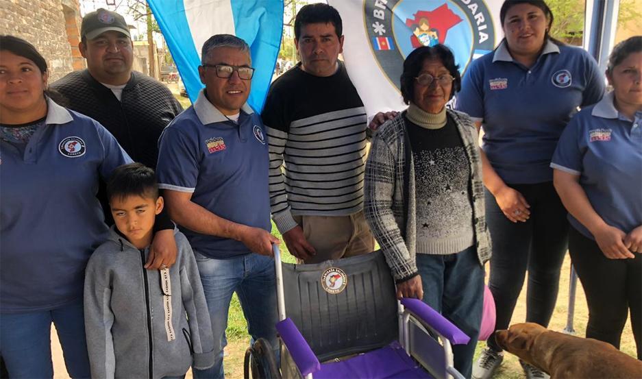 La Brigada Solidaria Loreto hizo entrega de una silla de ruedas a una vecina de Monte Redondo, que había sufrido un ACV.